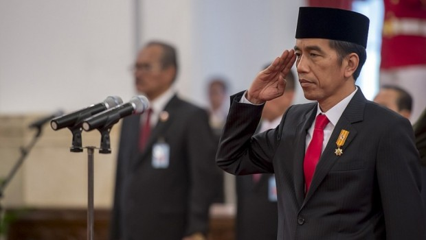 Presiden Joko Widodo Sedang memberikan penghormatan kepada
