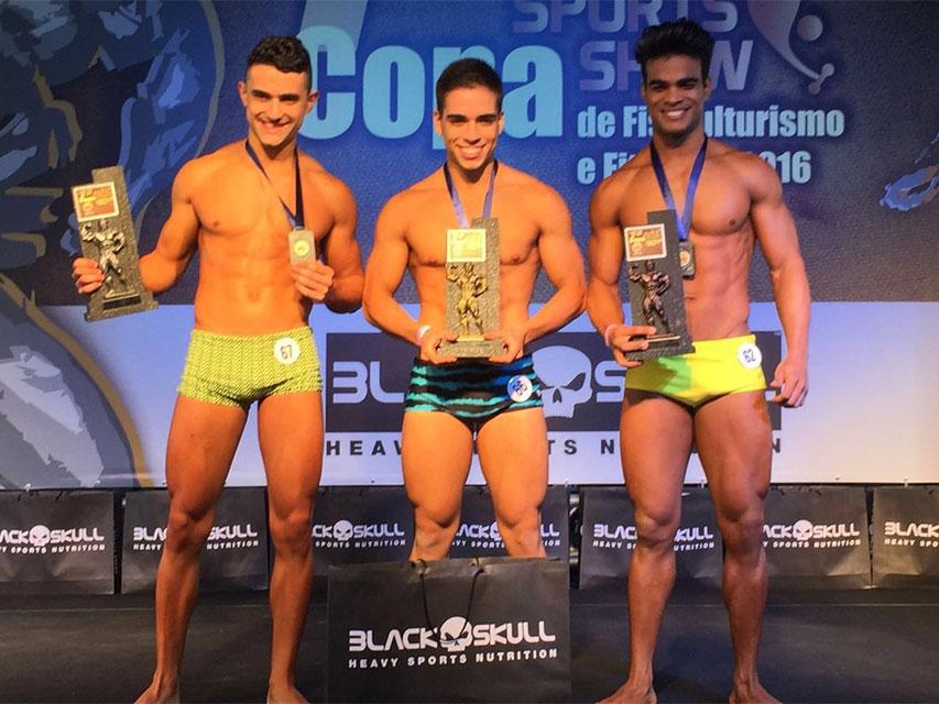 Atletas Ramon Cabral, Marcus Vinícius e Danilo Lobo no pódio. Foto: Alan Chaves/Juliano Mendes Assessoria