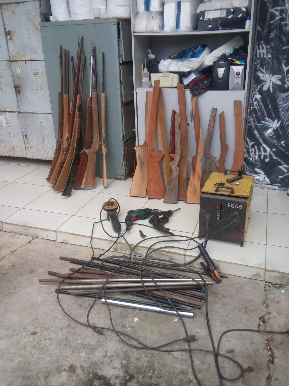 Operação da Polícia Militar e Polícia Civil resulta na prisão de fabricante de armas em Chapadinha.