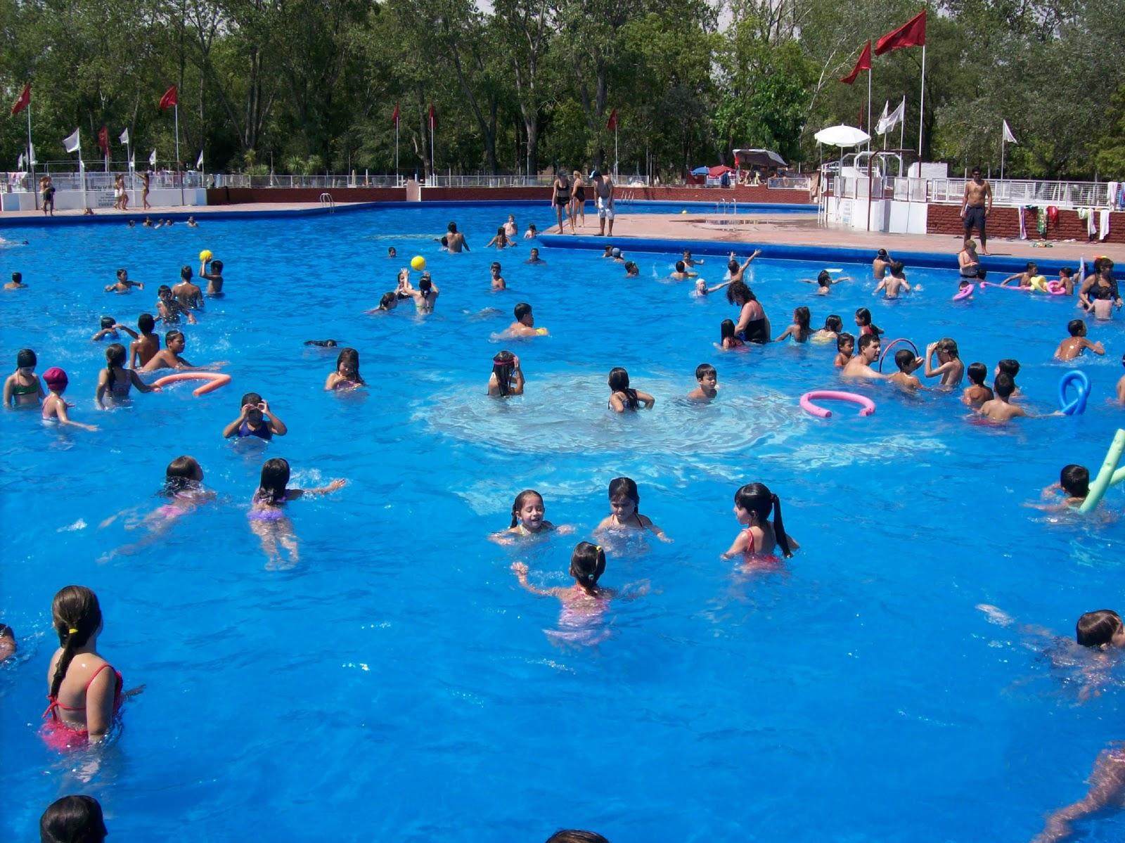 El periodist digit l los chicos de lan s disfrutan de for Imagenes de piletas de natacion