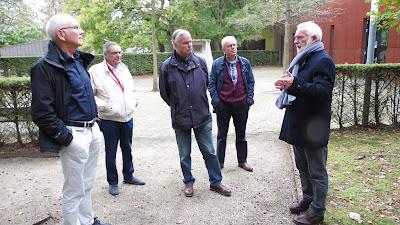 Onno Doorn geeft uitleg aan vlnr Wim, Jules en Hans Welling en Jan van Haeften