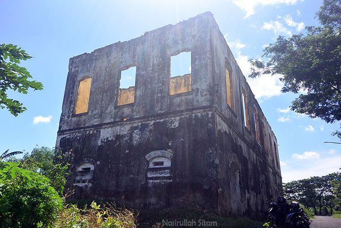 Bangunan yang sama dari sudut berbeda