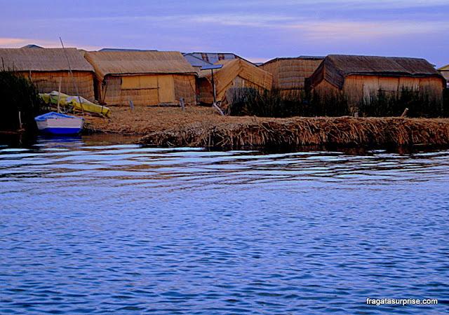 Casas de totora nas Ilhas flutuantes dos Uros, no lago Titicaca