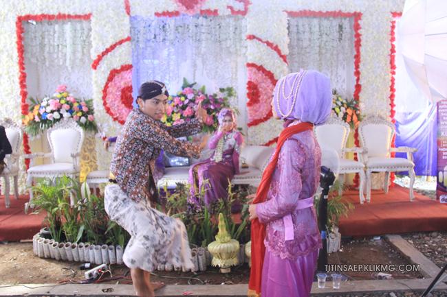 Foto Pose Keluarga Pada Resepsi Pernikahan Titin & Saep || Foto Oleh : Klikmg.com Fotografer Pernikahan Purwokerto