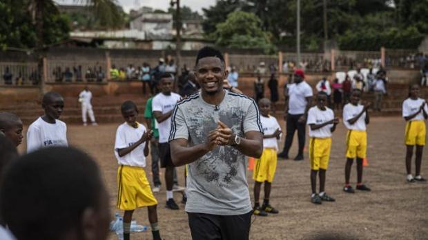 Cameroun: Samuel Eto'o joue avec des réfugies