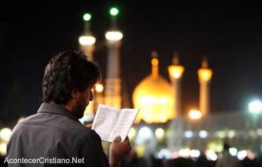 Hombre en el ayuno de Ramadán en Irán