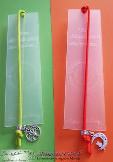 segnalibro inciso con elastico chiudilibro ciondolo metallo