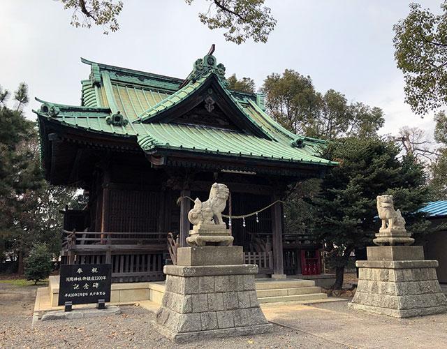 浅間神社社殿前には平成10年に氏子奉賛会により「浅間神社御鎮座1300年」の奉祝記念碑が建てられている(2019年1月12日撮影)