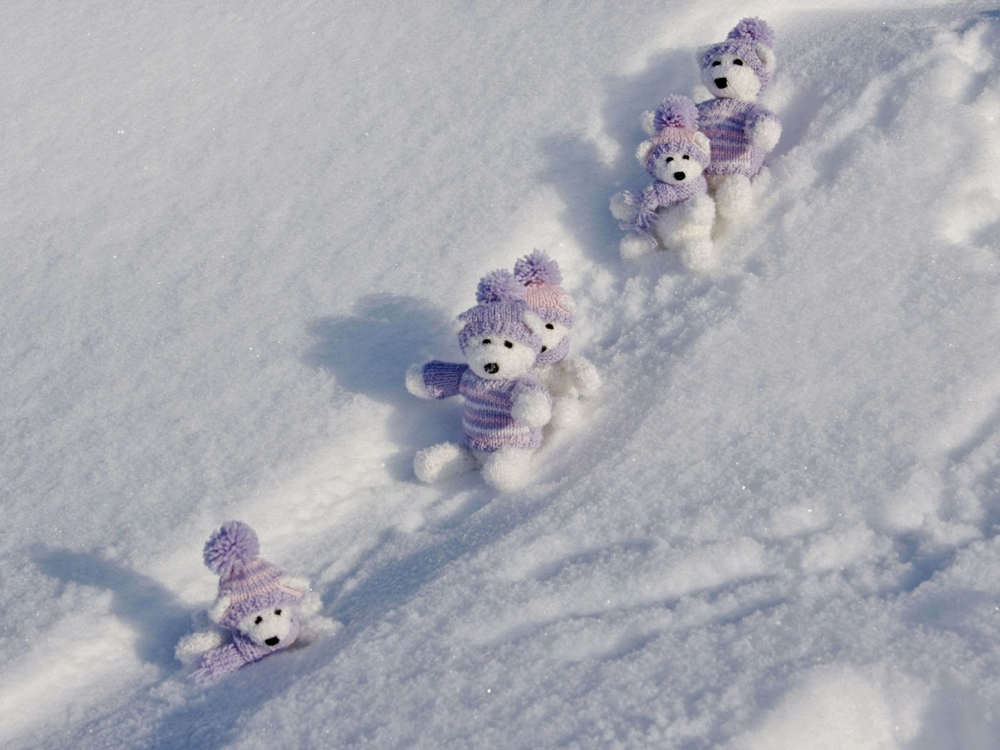 Teddy-bear-winter-playing-in-snow-image-1400x1050.jpg