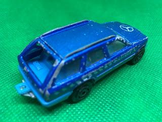 メルセデスベンツ 300TE のおんぼろミニカーを斜め後ろから撮影
