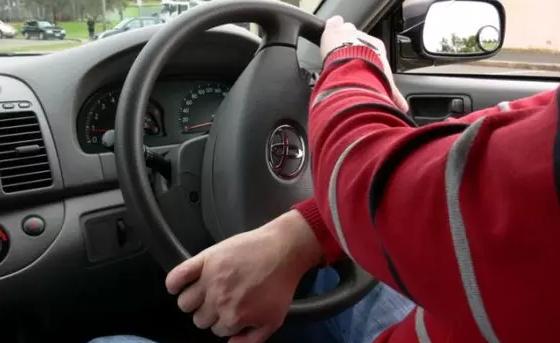 Cara Pegang Stir Mobil Yang Benar