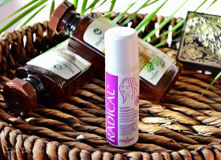 Suchy szampon Farmona Radical do włosów tłustych, pozbawionych objętości,