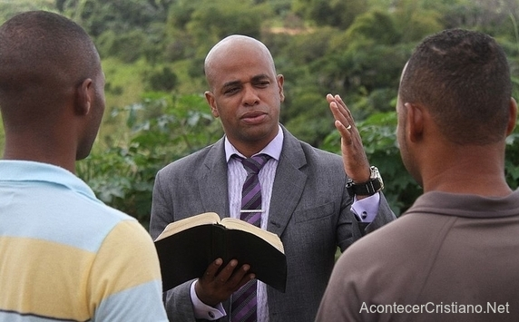 Ex delincuente es pastor y predica a personas para que dejen el crimen