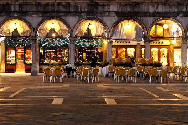 Restaurante com luzes de Natal em Veneza