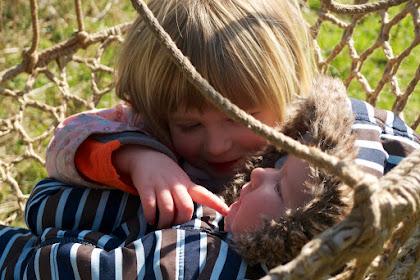Kebahagiaan Sang Ibu dan Menyikapi Sindrom Sibling Rivalry