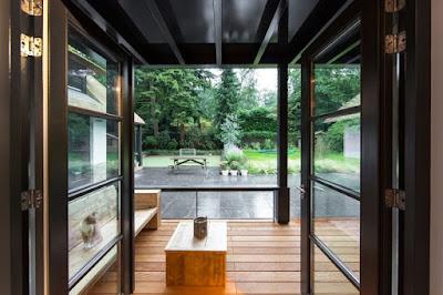 ระเบียงหน้าบ้านปูพื้นไม้