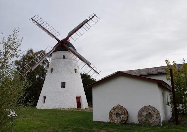 Bornholm mit Kindern im Herbst. Teil 3: 10 tolle Ausflugsziele für Familien auf Dänemarks Sonneninsel. Die Mühle bei Pedersker ist wirklich sehenswert.