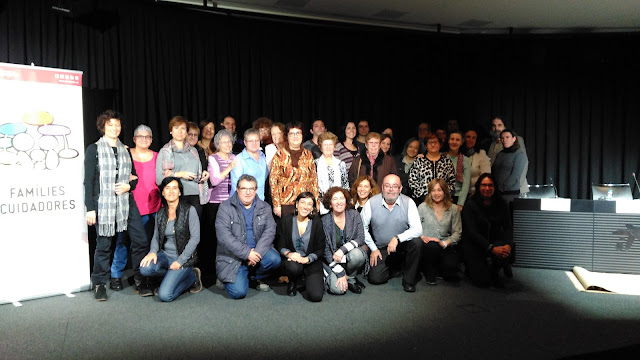 Foto de grup dels ponents, assistents i organitzadors després de la clausura (donat l'avançat del hora molts assistents ja havien marxat)