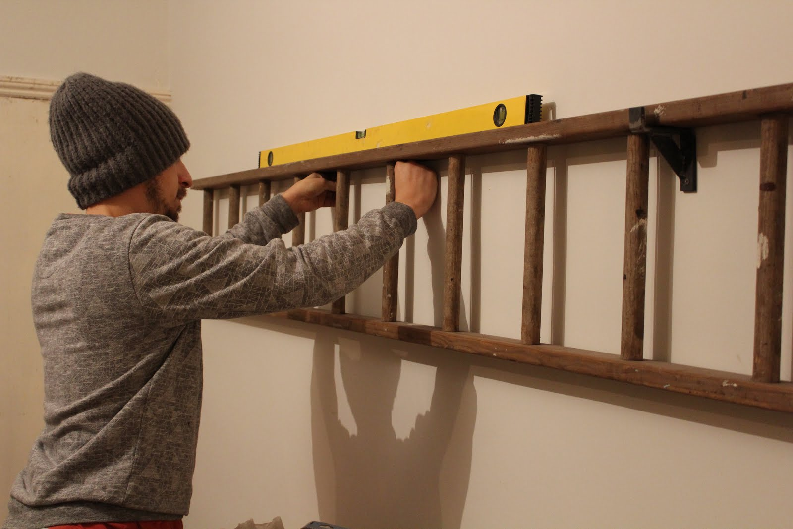 How to hang a ladder on a wall