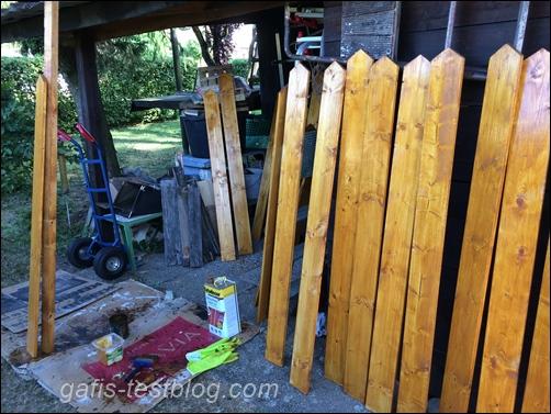 Bretter für den neuen Gartenzaun streichen