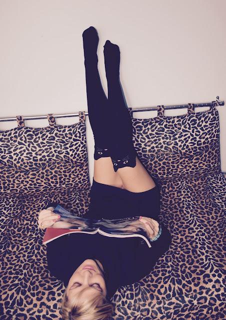 come abbinare le parigine calze autunno 2016 tendenze autunno 2016 tendenze inverno 2017 tendenza calze outfit da casa outfit nero cosa fare per rilassarsi calze parigine forma gatto come abbinare le calze parigine a forma di gatto mariafelicia magno fashion blogger web influencer italiane ragazze bionde vestito nero fashion blogger italiane blog di moda