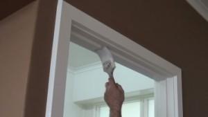 Pintando-caixonete-da-porta-de-branco-Foto