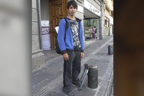 Para pagar sus estudios, este joven salió a las calles a tocar con su teclado y los inspectores se lo quitaron