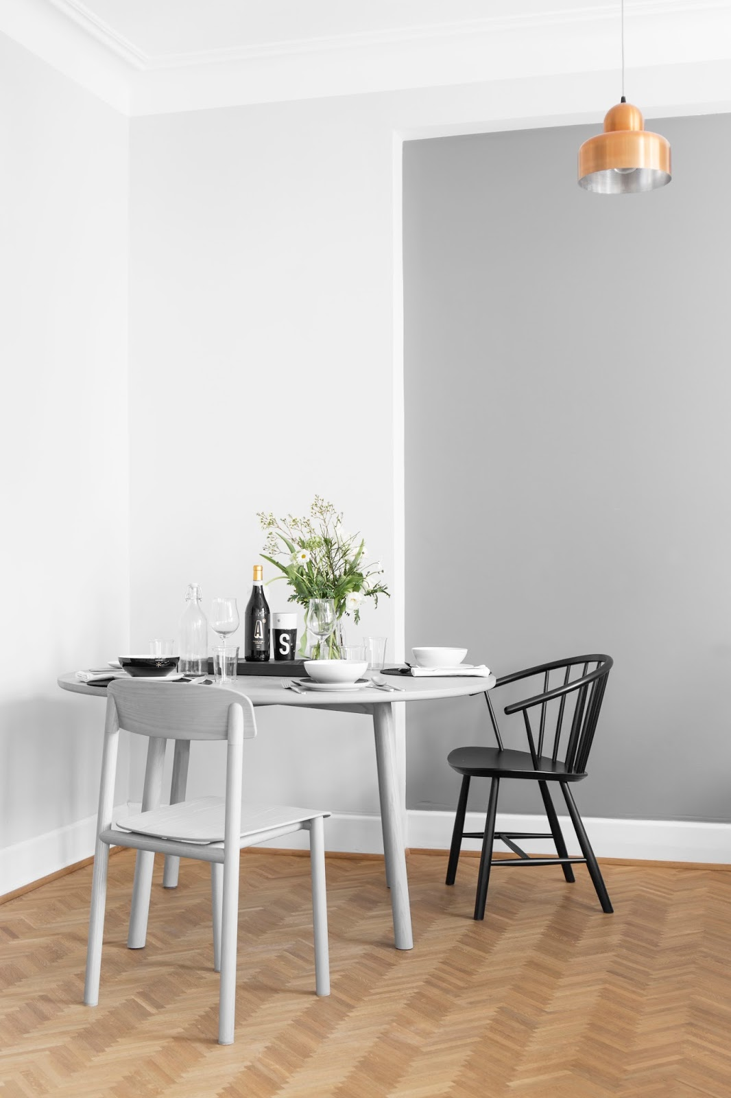 How to set a minimalist table for guests?