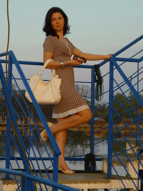 letnia stylizacja z bialym zakietem i sukienka