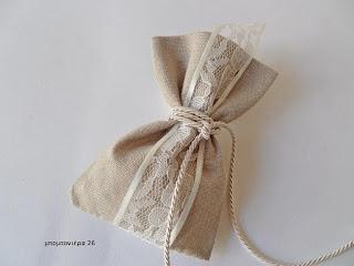 μπομπονιέρα γάμου ρομαντικη πουγκι με δαντελα μπεζ ψαθα της αμμου