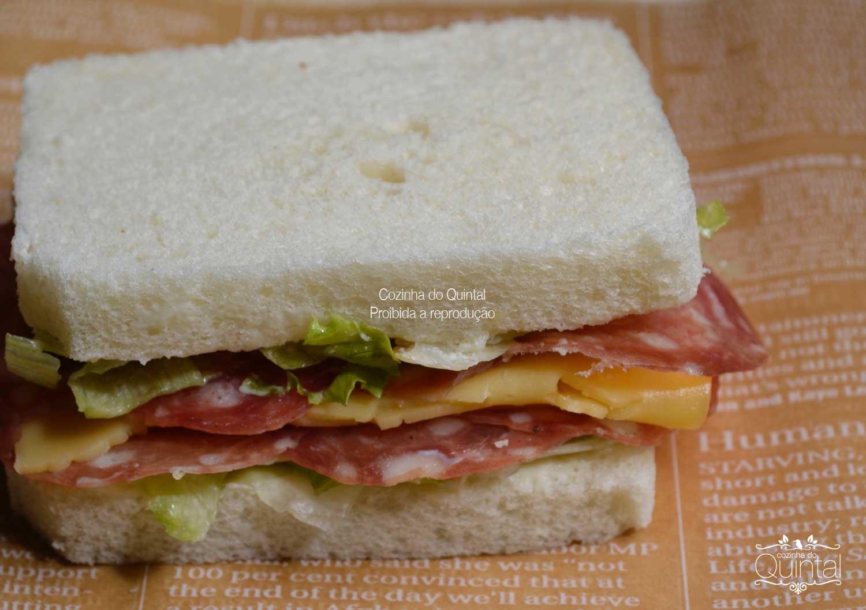 Sanduíche de salame e queijo prato no pão de forma sem casca. Delícia fácil de fazer e fácil de vender.