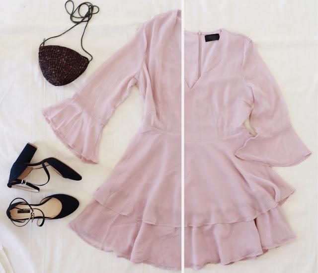 Stylizacja na ślub dla gościa - różowa zwiewna sukienka, granatowe dodatki - buty i torebka - koszyk.