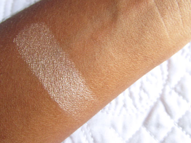 Swatch do iliuminador Multi Effect Payot na pele negra