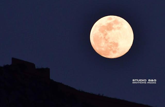 Το μαγευτικό Ροζ φεγγάρι πάνω από το Ναύπλιο (βίντεο)