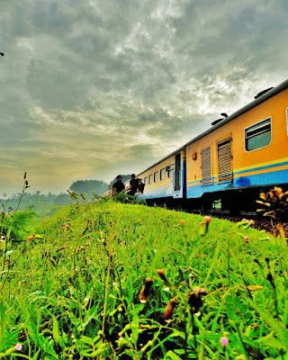 foto naik kereta api saat travelling