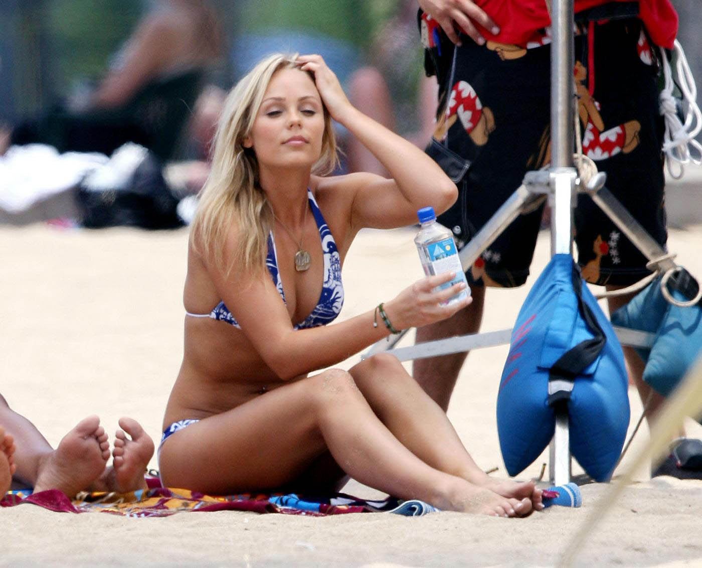 foto di laura vandervoort in bikini in spiaggia piedi e gambe | Laura Vandervoort bikini beach feet and legs
