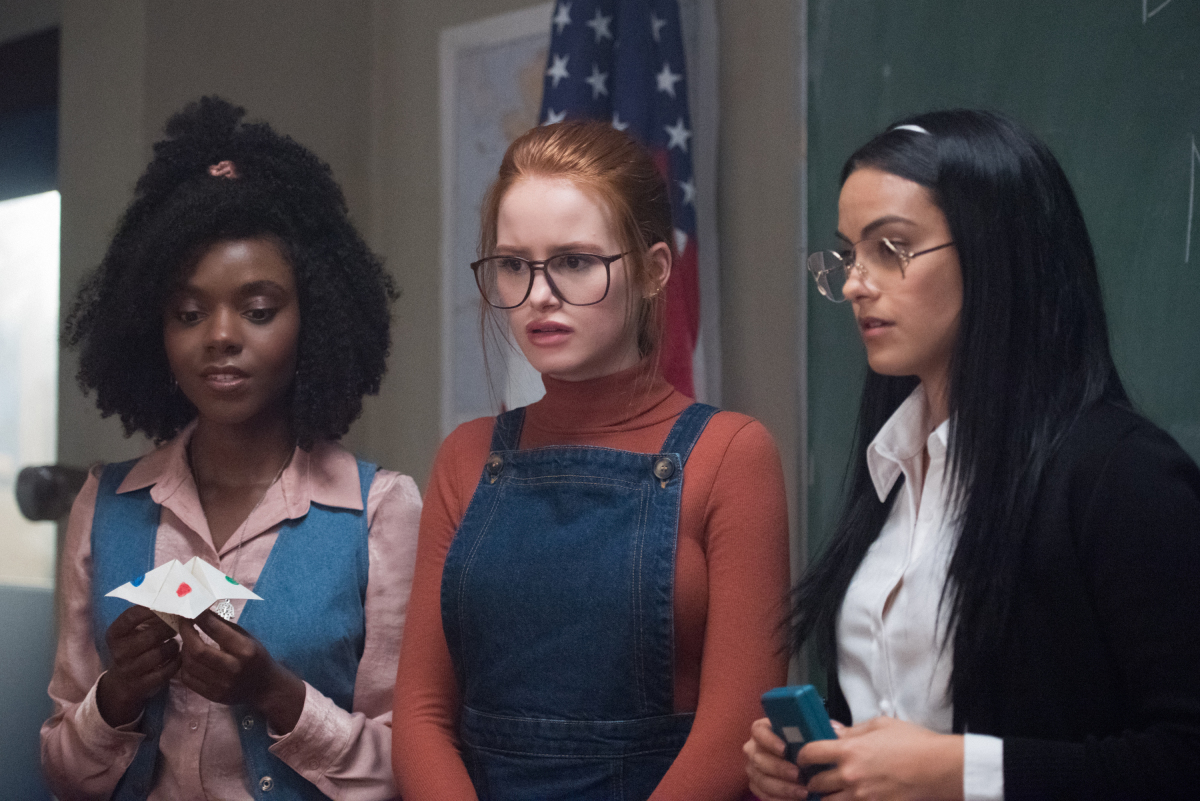 Ashleigh Murray, Madelaine Petsch y Camila Mendes en Riverdale de the CW