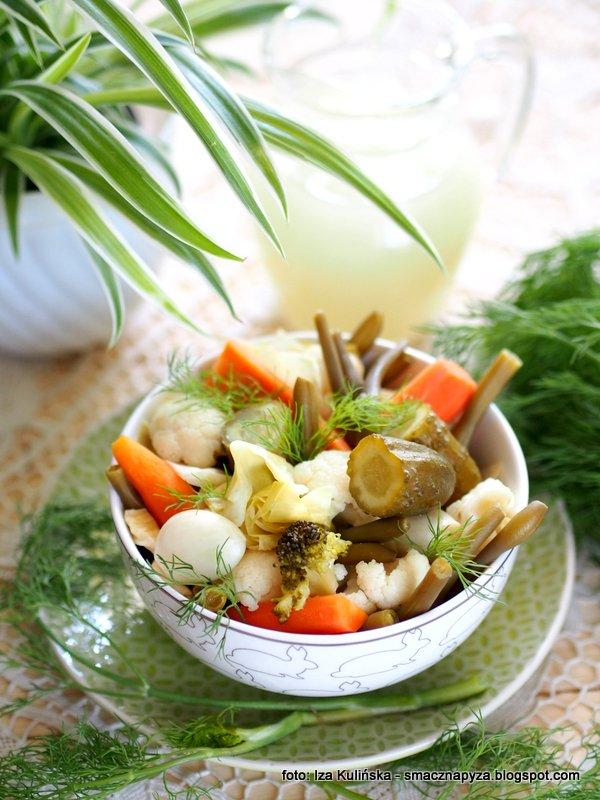 kiszonka wielowarzywna, kolorowe warzywa kiszone, przetwory, kiszenie warzyw, kiszonka w sloiku, sloj kiszonych warzyw, kiszenie jest latwe, zdrowe kiszonki, mieszanka warzyw