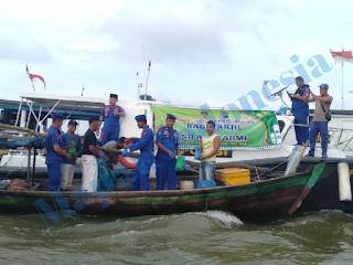 Perkuat Persaudaraan  Satpolair Polres Tanjungbalai  Bagi Takjil Ke Nelayan