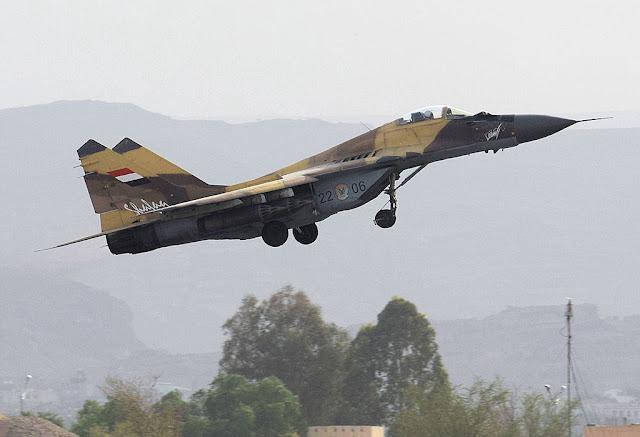 مفاجأه الطيران الحربي اليمني يظهر لأول مره منذ اندلاع الحرب