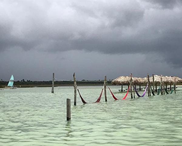 de4a41e70 A chuva de 121 milímetros, no sábado de Carnaval (2), que alagou a vila  levou uma ponte e inundou barracas na beira da praia, deixando uma rastro  de ...