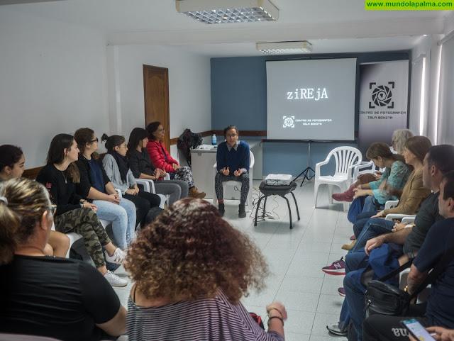 """El Centro Social de La Mujer de San Antonio acogió ayer la charla """"Cuerpo, Cámara y Acción"""""""