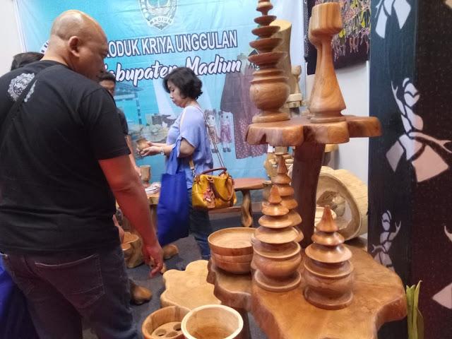 Ukiran kayu dari madiun di pameran kriya nusa