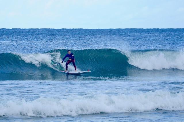 SUP surfer na fali w Chałupach