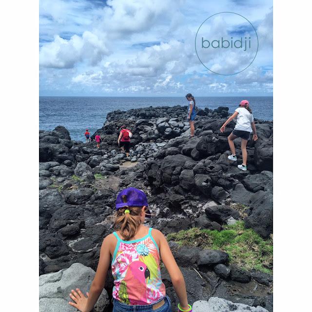 bande d'enfants qui se promènent sur la côte sud de l'Île maurice