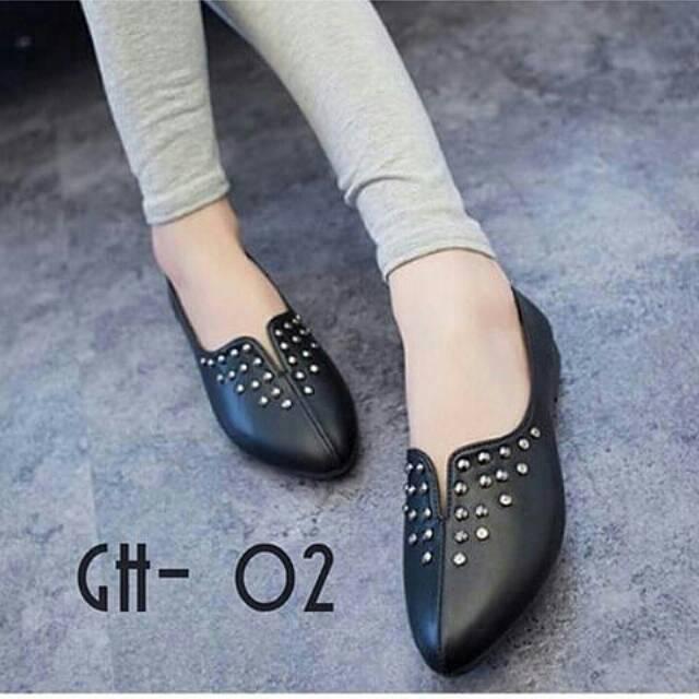 Bentuk sepatu flat ini memang mungil dan kecil. Namun flats sendiri ada  jenis-jenis turunannya. Salah satu jenis flats yang paling populer adalah  ballerina ... 6877fa084d