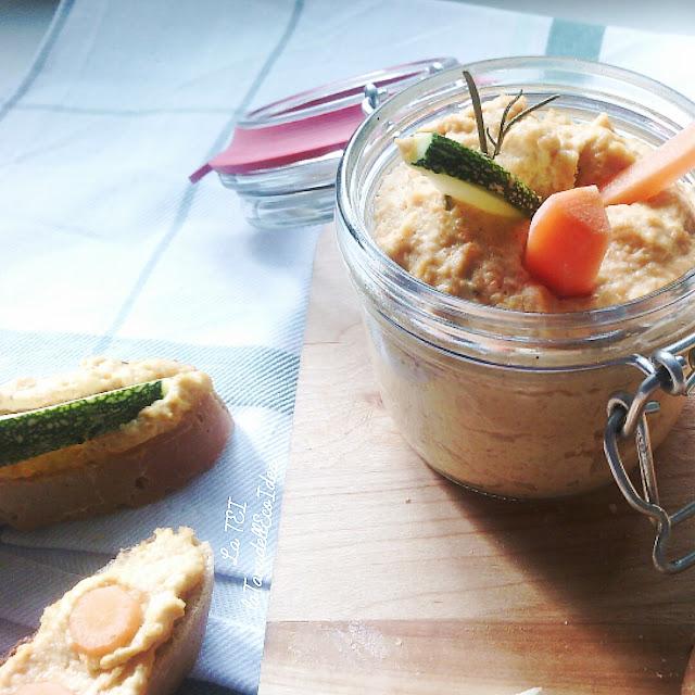 Hummus di carote con pane e verdure fresche
