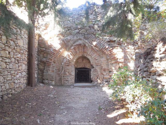 widok na ukrytą w murze klasztoru - cysternę Chios Grecja