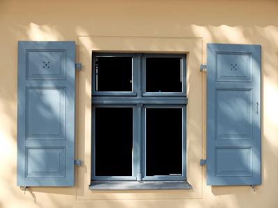 Volets en bois peints en bleu.