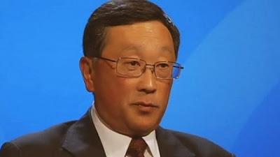 """Sabemos quien es Prem Watsa , pero ¿quién es exactamente John S. Chen, el nuevo CEO de BlackBerry? John Chen se desempeñó como presidente y CEO de Sybase Inc., a partir de 1998. Bajo el liderazgo del Sr. Chen, Sybase pasó de ser una empresa de tecnología en un alto crecimiento a una empresa de gestión de datos, almacenamiento de datos, gestión de la movilidad y un innovador análisis que fue adquirido por SAPAG en 2010. En Sybase, el Sr. Chen introdujo el concepto de la """"Empresa sin cables"""", extendiendo las aplicacionesempresariales a los usuarios móviles. Antes de Sybase, el"""